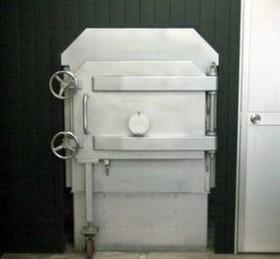 火葬室内の火葬炉です。個別立会火葬の場合ここで再度最後のお別れを致します。